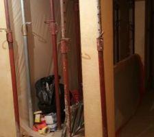 c est parti ici les preparatifs pour l ouverture de la tremie fermeture de l escalier existant pour realiser un plancher sur lambourdes celui ci supporte les etais de soutien de l assise sous tremie mise en place de bandes polyane sur mur escalier rampe et sol un sas complet sera realise autour des piliers et etais