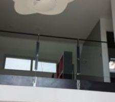 Escalier a cremaillere et garde corps en verre et metal