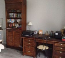 Bureau avec meubles anciens renoves