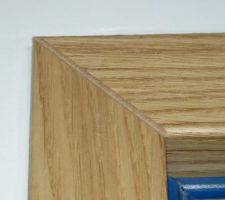 Angle chanfreiné d'un encadrement de porte Etna de la marque Menuiserie d'Olt