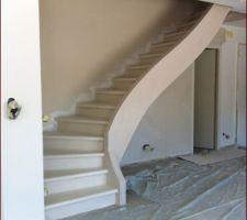escalier beton insere dans le mur avec limon et voute sarrasine teinte dans la masse tres beau mais tres tres fragile eclat au moindre petit choc rambarde en cour de conception