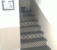 L'escalier est terminé avec ses stickers carreaux de ciment sur les contre marches !