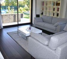 un tapis dans le salon ce qui le rend plus cosy