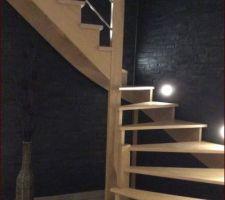 Escalier en chêne avec de la pierre naturelle en mural.