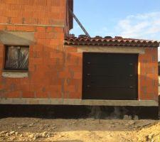 La porte de garage et la fenêtre de cuisine.