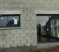 Côté ouest : fenêtre de cuisine et salle à manger