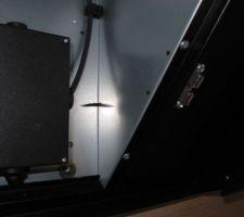 Intérieur hotte : Une petite vis pour tenir le tubage à la bonne hauteur