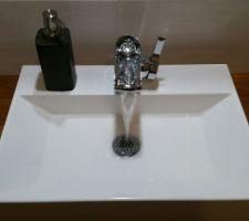 j adore le robinet il fait pas juste cascade derriere c est un genre de cuvette qui se remplit et laisse couler l eau vraiment canon