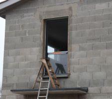 Nouvelle fenêtre installée au-dessus de la porte d'entrée K-Line Alu RAL7016S et bi-coloration (intérieur blanc)