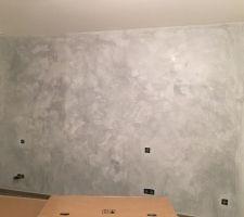 Voici le mur de notre chambre en tadlack. Il manque la cire incolore et le lustrage.