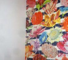 Papier peint SAHCO sur le mur du fond du couloir desservant les chambres