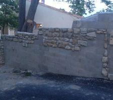 les colonnes et mur en pierres fini