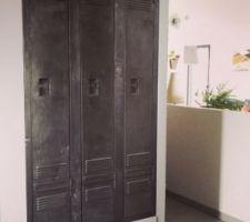 vestiaire industriel restaure pour l amenagement du placard de l entree