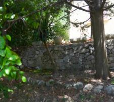 le mur en pierre avant sa démolition