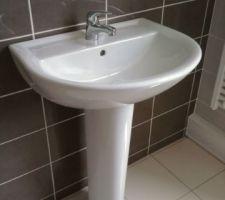 lavabo normalement prevu dans la salle de bains des enfants