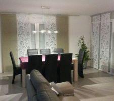 coin salle a manger meuble chene massif et carbon rideaux type japonais luminaire rosace philips a gauche et luminaire bandeau led au dessus de la table