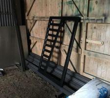 Voilà nous avons trouvé une entreprise qui fait les portillons personnalisés  !!  En acier galvanisé et peint en noir. Hauteur 1m50 pour 1m de large  !  Le cote pleins sera fermé avec du composite noir !!!