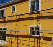 projection de la facade jaune ocre intense en j70 pour les facades blanc en g00 pour les modenatures