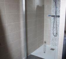 porte de douche en cours de pose