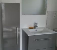 Colonne et miroir (sale) en place