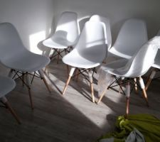 chaises salle a manger montees en attente de la table