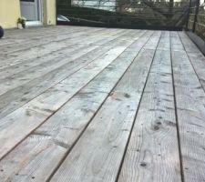 Teinte argenté. La terrasse passent l hiver extrêmement humide sans soucis... Vivement les beaux jours...