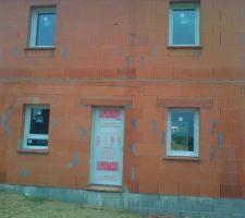 les menuiseries sont en place facade de devant avec porte d entree fenetre de la cuisine et fenetre de la salle a manger