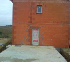 les menuiseries sont en place porte de service entre le futur garage et le cellier fenetre de la salle de bain a l etage