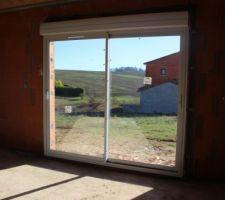 les menuiseries sont en place vue de l interieur de la baie vitree 2 40 m cote salle a manger