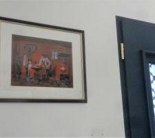pres de la porte d entree bleue une peinture au cadre bleu