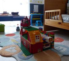 Fière de mon auto-construction : caserne des pompiers avec héliport !