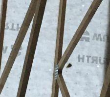 des trous dans la protection sous toiture