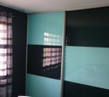 Porte de placard assorti aux couleurs des murs . Turquoise et gris anthracite