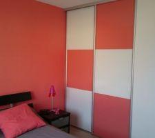 Porte de placard assorti aux couleurs des murs . corail et blanc