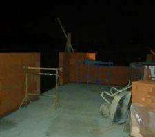 A gauche de l'image, la baie vitrée de la cuisines <br /> Au fond, la fenetre coulissante derrière le futur évier