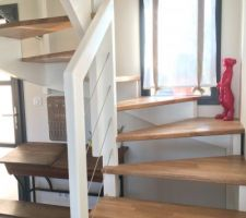 Escalier double quart tournant  Couleur blanc pour la rambarde et chêne abouté (vitrificateur chêne moyen)