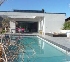 petite vue de la piscine sous un soleil de savoie
