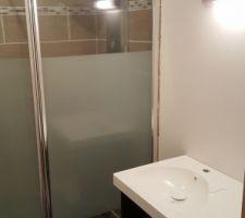 Pare douche et colonne de douche posés, meuble en cours