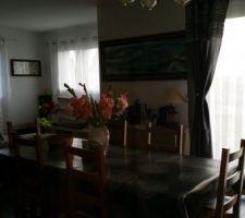 Coin salon-salle à manger avec voilages et rideaux... dommage que le soleil ne se voit pas sur cette photo
