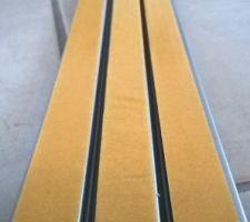 Mise en place du rail au sol avec double face spécial pièce humide : plus épais et adhérant. Conseillé par un pro.