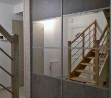 Très fiers de notre placard !!! Il agrandit l'espace, donne de la luminosité et du cachet à notre intérieur tout en mettant en valeur ce magnifique escalier ! Bonne idée du patron de MLM de Vannes !
