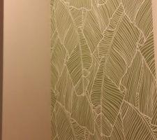 Pan de mur tapissé dans les WC du RDC