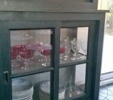 Gros plan sur la vitrine avec la vaisselle de famillededans