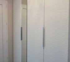 Détail des portes du placard de l'entrée
