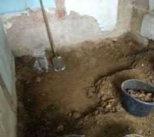 Creusement du futur escalier pour l'accès à la cave
