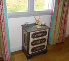 Pour faire de la place à la lampe sur pied, changement de place de ce petit meuble !
