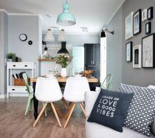 Décoration scandinave que j'adore: les couleurs, les cadres au mur, les chaises, les coussins, ...