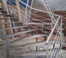Petite photo de l'escalier extérieur avant peinture. Montage prévu le week end prochain.