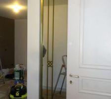 Portes de placard posées, récupérées chez mes parents quand on a refait entièrement l'appart
