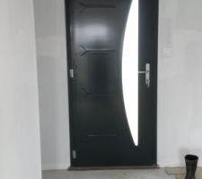 La porte d'entrée changée avec la vitre dans le bon sens
